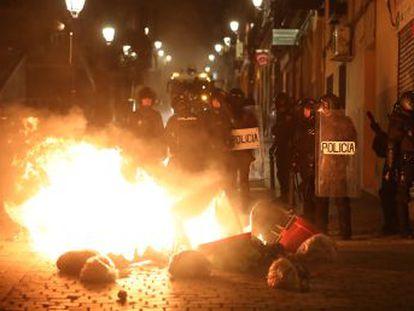 La policía recurrió a cargas y pelotas de goma en los altercados, concluidos esta madrugada y en las que se incendiaron contenedores y vehículos