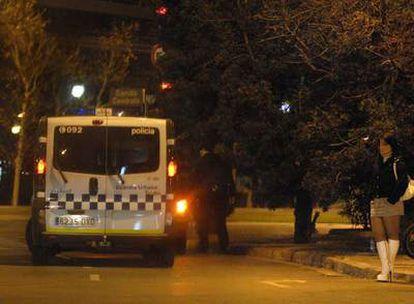Una prostituta, el pasado miércoles por la noche en la plaza de Pío XII de Barcelona.