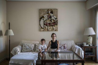 Laura, con su hijo en su casa de Chamberí.