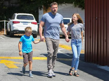 Ben Affleck y sus hijos Samuel y Violet, el pasado fin de semana en California.