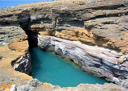 Formación geológica con entrada de agua de mar en el islote Alegranza.