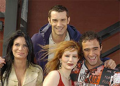 Jesús Vázquez (arriba), presentador de <i>Hotel Glam</i> (Tele 5), junto a tres concursantes del <i>reality show.</i>