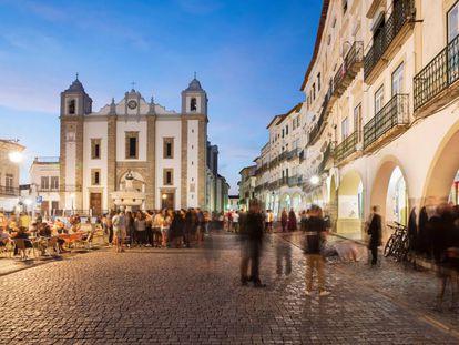 La iglesia de Santo Antão y la plaza do Giraldo, en Évora, Portugal.
