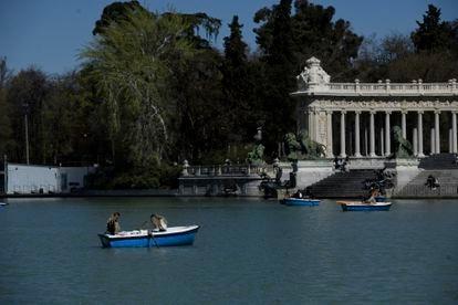 Varias personas disfrutan en las barcas del Estanque del Parque de El Retiro.
