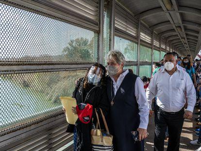 Norma Pimentel, directora de la Casa del Migrante en McAllen (EE UU), acompaña en el puente fronterizo a migrantes que cruzaron este viernes.