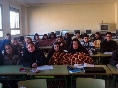 Alumnos del IES Muro d'Alcoi reciben clase con mantas por cortes en la calefacción.