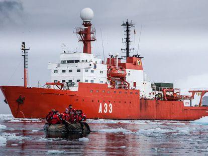El buque oceanográfico 'Hespérides', en aguas antárticas durante una pasada campaña.