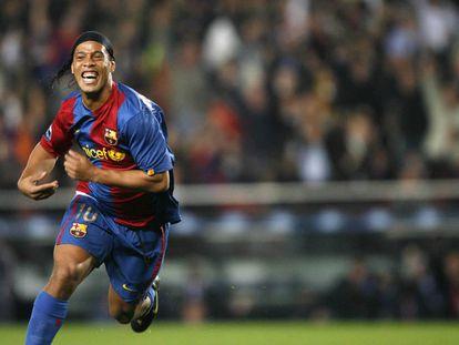 Ronaldinho celebra un gol con el Barcelona.
