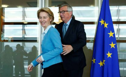 La futura presidenta de la Comisión Europea, Ursula von der Leyen, con el actual, Jean-Claude Juncker, en Bruselas.
