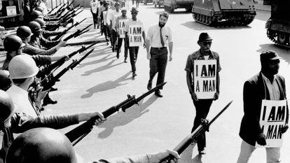 Activistas de los derechos civiles son bloqueados por la Guardia Nacional mientras intentan organizar una protesta en Memphis en 1968.