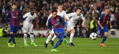 Neymar marca desde el punto de penalti.