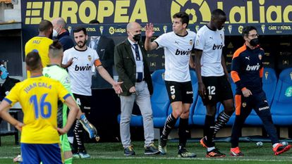 Los jugadores del Valencia abandonan el terreno de juego el pasado domingo en Cádiz.