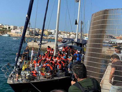 Llegada del barco a Lampedusa.