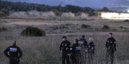 Un grupo de policías locales rastrean la zona de Calviá, el pasado 3 de diciembre.