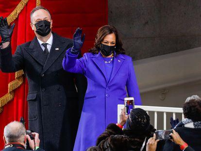 Doug Emhoff y la vicepresidenta electa, Kamala Harris, llegan del acto de su toma de posesión, este miércoles en Washington.