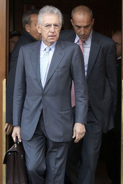 Mario Monti abandona un hotel de la capital.