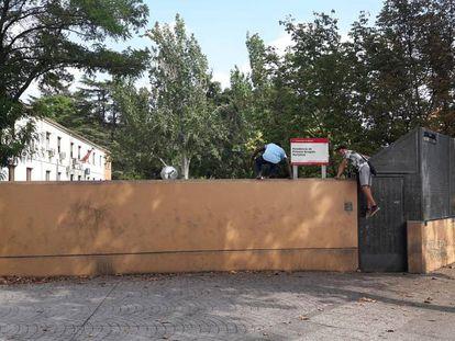 Dos adolescentes se saltan la valla del centro de menores tutelados Hortaleza, este miércoles.