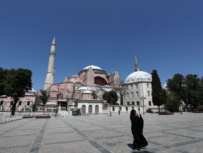 Una mujer toma fotografías este jueves frente al Museo de Santa Sofía en Estambul.