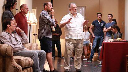 Francis Ford Coppola (de blanco) da instrucciones durante un ensayo, en julio de 2016, en Los Ángeles, de 'Distant Vision'.