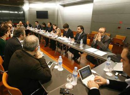 Reunión de ayer entre la ministra González-Sinde y el grupo de <i>blogueros</i> convocados por ella.