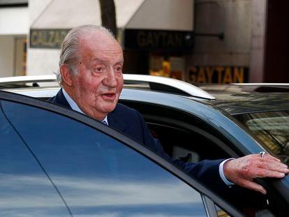 El rey emérito Juan Carlos sube a un vehículo, en Madrid en diciembre de 2017.