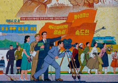 Mosaico propagandístico en los estudios Chollima en Pyongyang, capital de Corea del Norte, que reflejan cómo debe hacerse y qué debe de contar una película en el país.