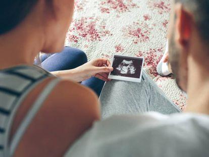 Una pareja observa una ecografía.