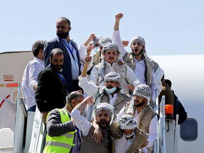 Llegada a Saná de combatientes Huthi liberados por la coalición progubernamental, este jueves.