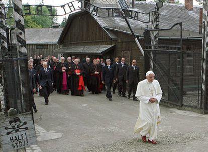 Benedicto XVI cruza la puerta de Auschwitz, el 28 de mayo de 2006, durante su visita al antiguo campo de exterminio nazi.