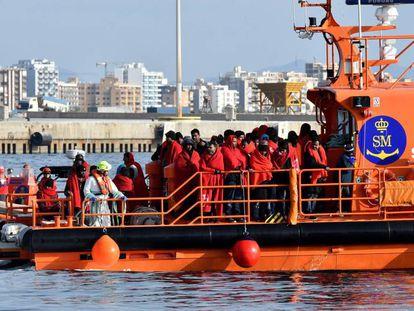 Una embarcación de Salvamento Marítimo llega al puerto de Almería tras un rescate de migrantes en el mar de Alborán, en diciembre.