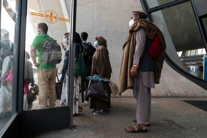 Refugiados afganos, este lunes en la terminal del aeropuerto de Dulles, en Washington.