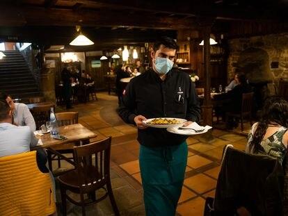 Un camarero en el restaurante O Dezaseis, en Santiago de Compostela.