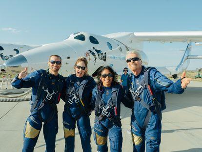 Los viajeros que realizaron el primer viaje al espacio en un cohete de pasajeros liderado por Richard Branson.