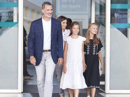 En foto, Felipe VI junto a sus hijas, la Princesa de Asturias, Leonor de Borbón y la infanta Sofía, este martes tras visitar a Juan Carlos I en el hospital. En vídeo, último parte médico del rey Juan Carlos.