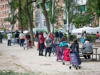 Colas del hambre en el barrio de Aluche, en Madrid.