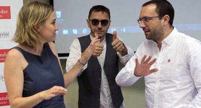 Luis Alegre, a la derecha, habla con Tania Sánchez y Juan Carlos Monedero.