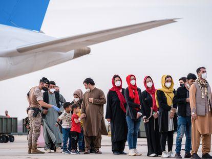 Llegada de un vuelo con personas evacuadas a Torrejón de Ardoz (Madrid) el pasado martes.