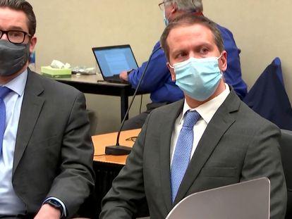 El exagente Derek Chauvin (derecha), el pasado 20 de abril, junto a su abogado, Eric Nelson, escucha el veredicto del jurado en Minneapolis.