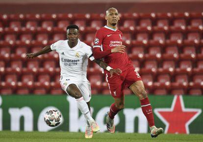 Vinicius intenta progresar ante Fabinho durante la vuelta de los cuartos de final de la Champions este miércoles en Anfield.