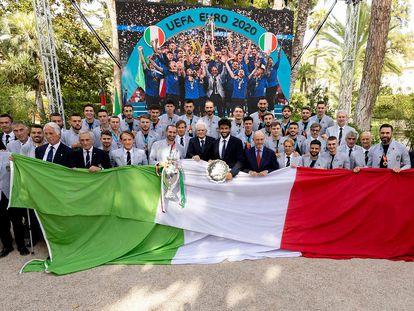 El presidente de Italia, Sergio Mattarella, y el tenista Matteo Berretini, subcampeón de Wimbledon, junto con la selección y el título de campeones de la Eurocopa.