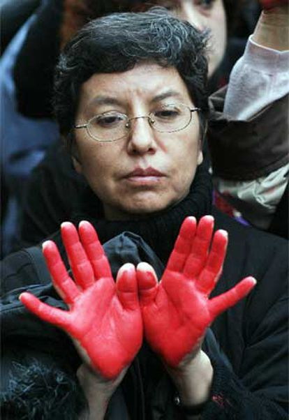 Rita Betancourt, que perdió a su hijo de 17 años el 11-M, exige a Aznar responsabilidades.