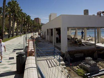 Construcción del nuevo modelo de chiringuito en la playa de La Malagueta.