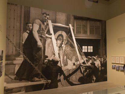 Imagen del traslado en París, en 1937, del ábside de Sant Climent de Taüll, en la muestra del MNAC.