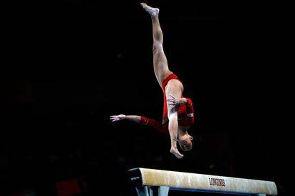 Ana Pérez, durante su ejercicio de barra de equilibrios.