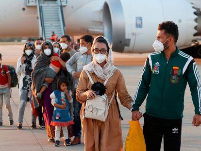 La capitana del equipo de baloncesto de sillas de ruedas de Afganistán, Nilofar Bayat, en la base aérea de Torrejón junto a su esposo Ramish tras aterrizar ayer en el segundo avión español para refugiados afganos.