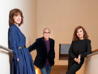 De izquierda a derecha, Irene Vallejo, Juan José Millás y Elvira Lindo, en diciembre de 2020.