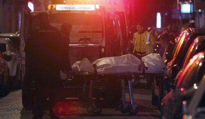 Levantamiento del cuerpo del joven de 16 años apuñalado en Vallecas.