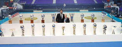 Felipe Reyes posa con Florentino Pérez junto a los trofeos conquistados por el capitán del Madrid