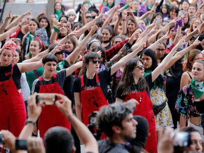 El colectivo Lastesis interpreta 'Un violador en tu camino', en pasado 19 de diciembre, en Santiago de Chile.