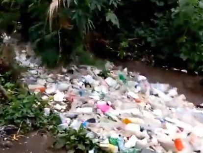 Un río arrastra montañas de basura, en San Andrés de Itzapa, Guatemala.